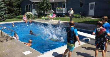 Ende der Einsamkeit: 94-Jähriger baut Pool für Nachbarskinder (Video)